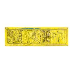 Percha de madera con plantillas amarilla