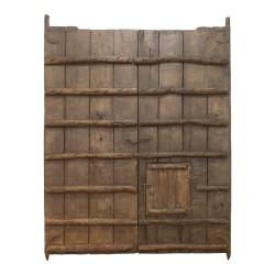 Portón antiguo de teca con lamas de hierro