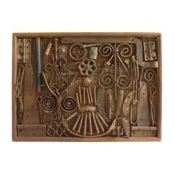 Panel de madera con herrajes