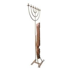 Candelabro de pie de forja con talla de madera