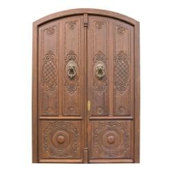 Puerta antigua de madera de medio punto con talla