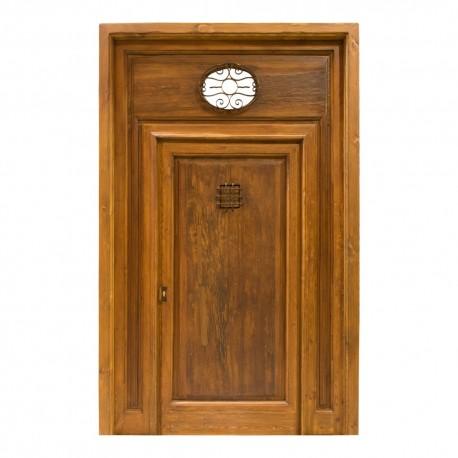 Puerta antigua madera con postigo y ventana superior