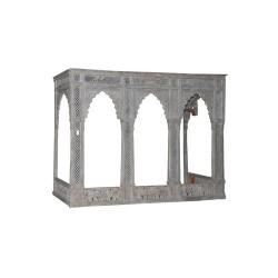 Portada antigua calada con arcos