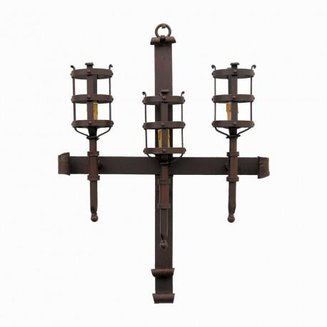 Aplique de estilo medieval en forma de cruz con tres antorchas