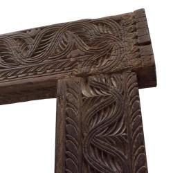 Marco de madera con flores talladas