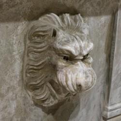 Pilón de piedra con cabeza de león