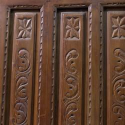 Puerta antigua de madera con 8 cuarterones y mirilla