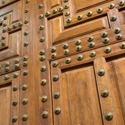 Portón antiguo de 2 hojas con clavos dorados frontal