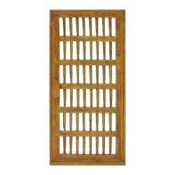 Puerta antigua de madera con barrotes