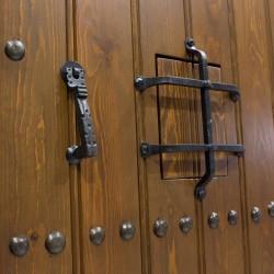 Puerta de exterior de madera duelada