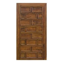 Puerta de madera de interior con cuarterones tallados