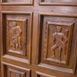 Puerta de madera de exterior con cuarterones tallados