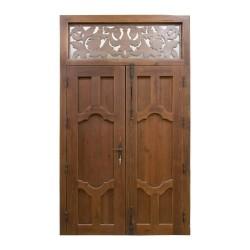 Puerta de madera exterior de 2 hojas con talla y altillo
