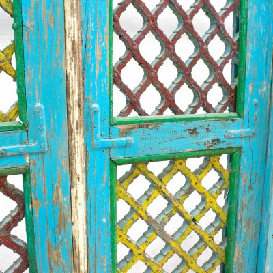 Celosía antigua de madera pintada con puerta interior