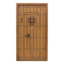 Puerta de madera exterior con duelas y clavos