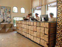 Recepción hotel mostrador madera