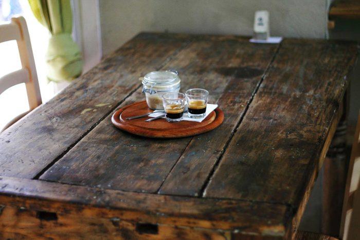 Mesa hecha a partir de una puerta antigua