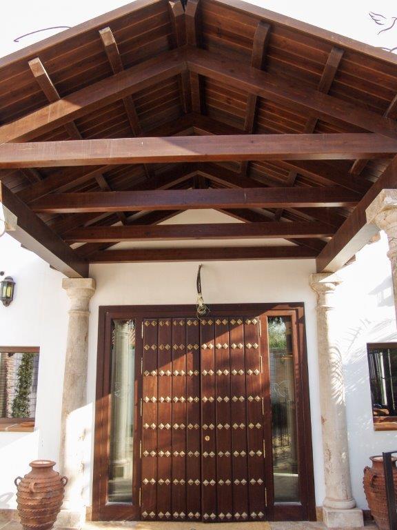 Entrada con tejado madera