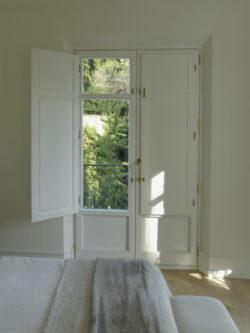 ventana blanca de madera
