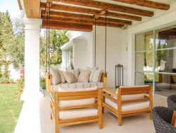 Porche con mobiliario de madera