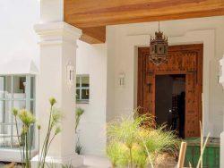 Puerta de dos hojas de madera exterior