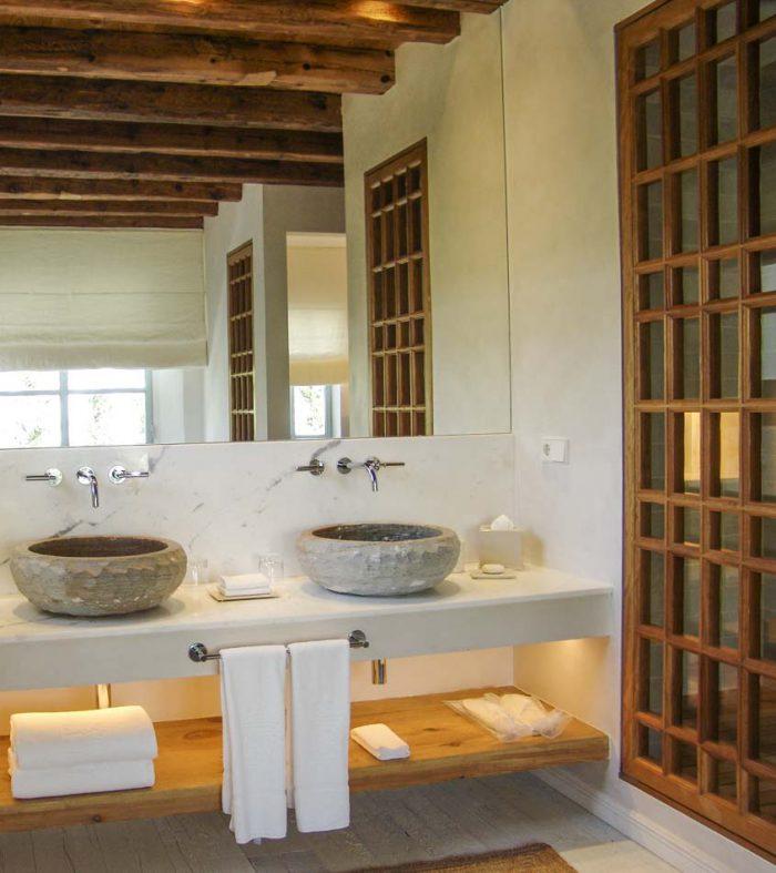 baño con decoración en madera