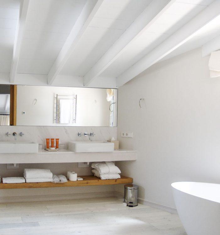 baño con vigas blancas