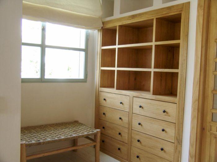 Mueble a medida de madera con almacenaje empotrado