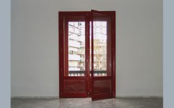 ventana en madera roja