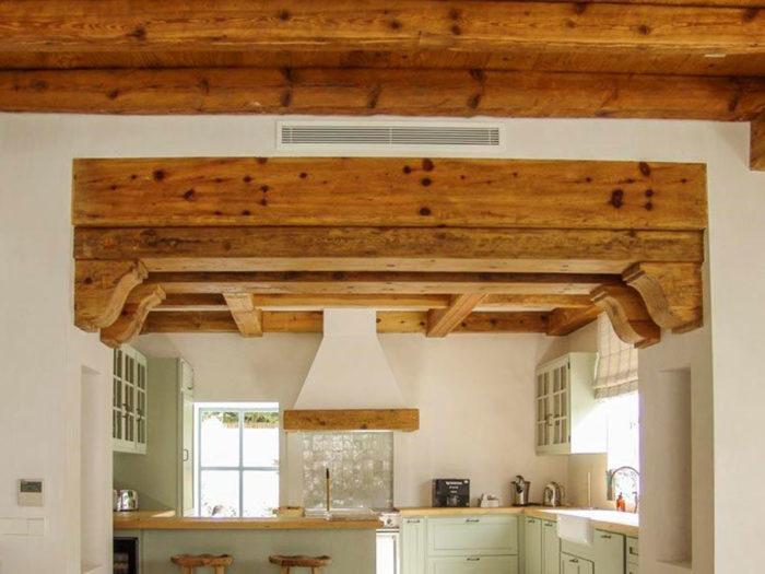 Cocina con techo de madera
