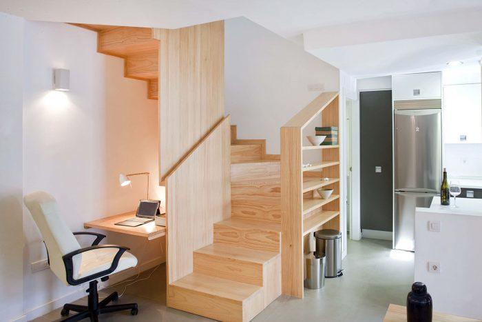 Escaleras y escritorio de madera