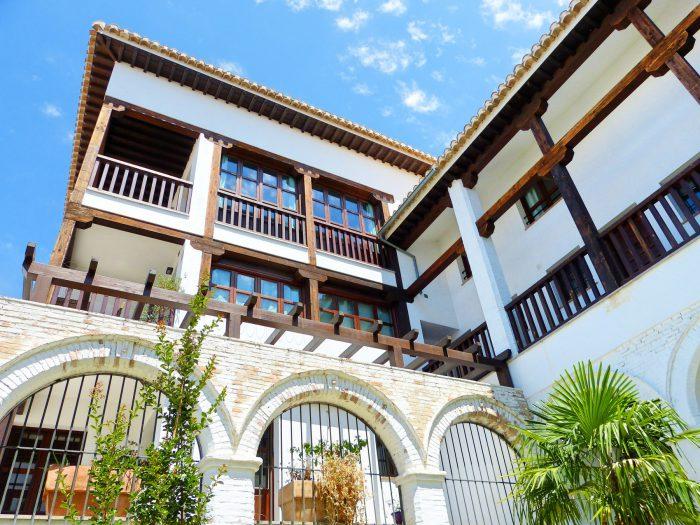 Fachada balcones madera