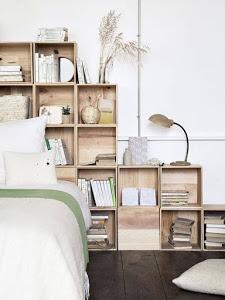 Estanterias de madera como cabecero, una idea funcional.