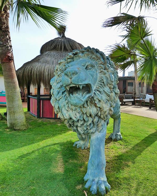 escultura de león para el jardín
