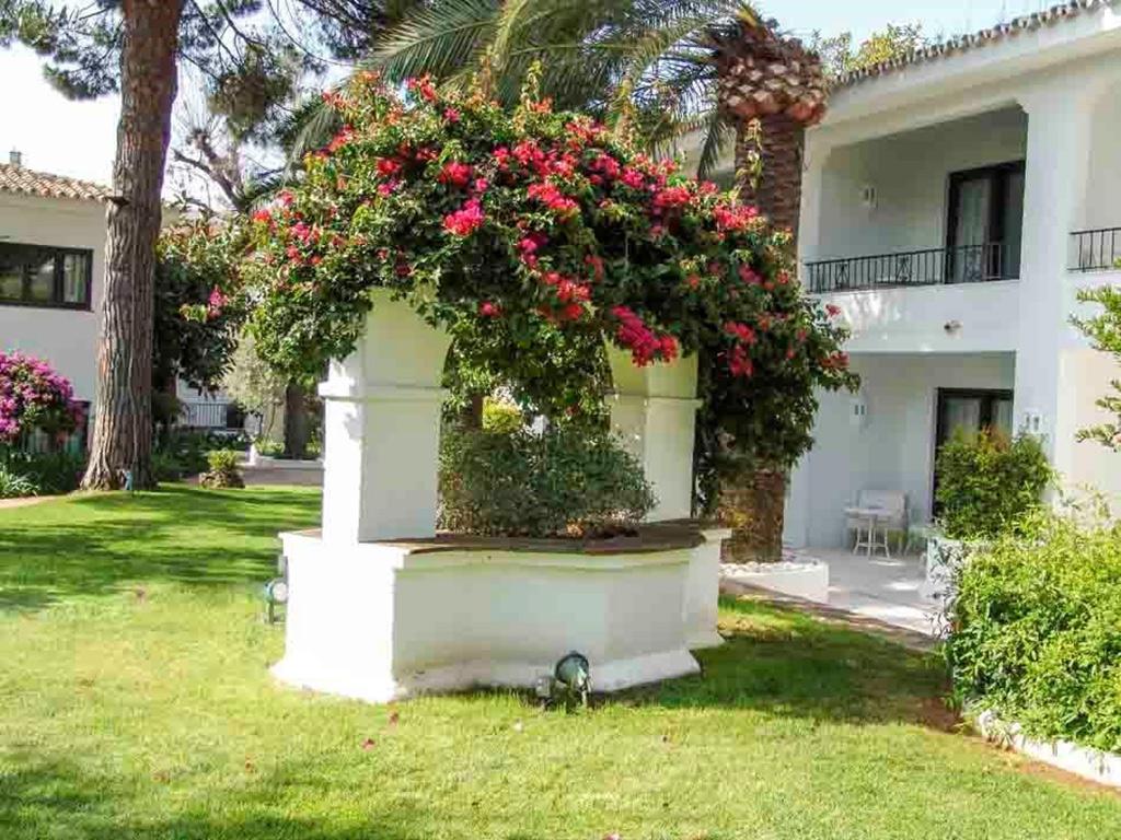 fuente antigua exterior decoración de jardín