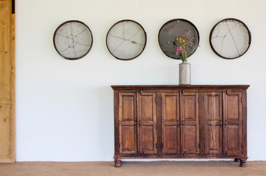 Aparador vintage de madera con decoración rústica