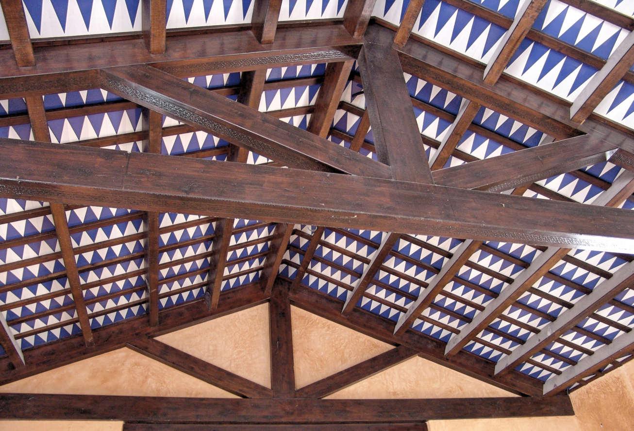 Artesonado vigas de madera y azulejos