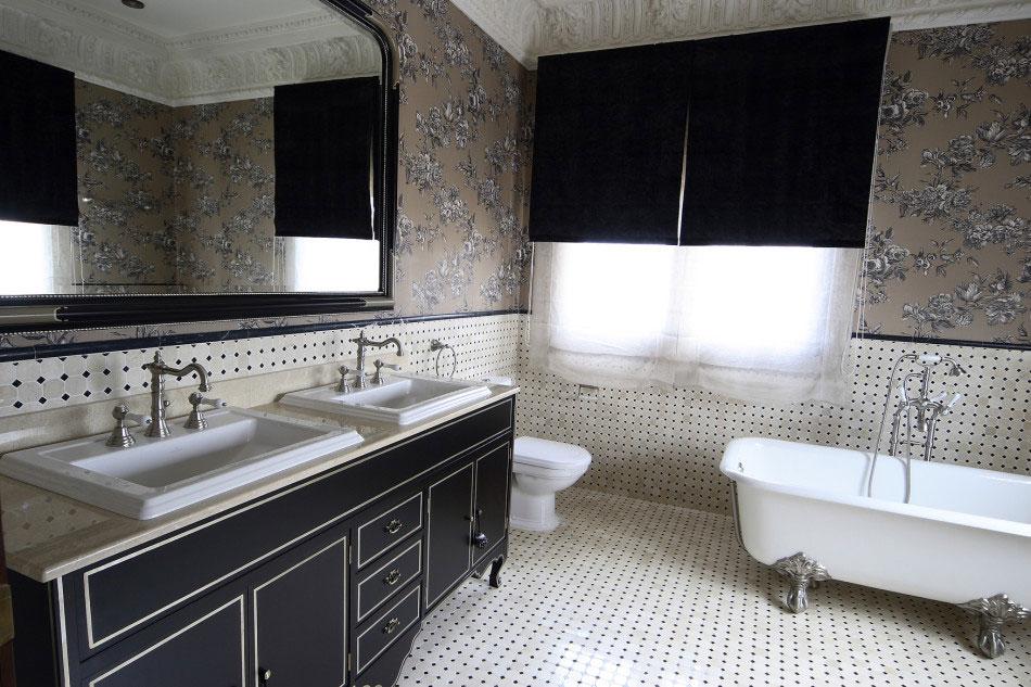 Baño con mueble estilo clásico