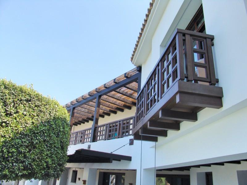 Balcón de madera rústico