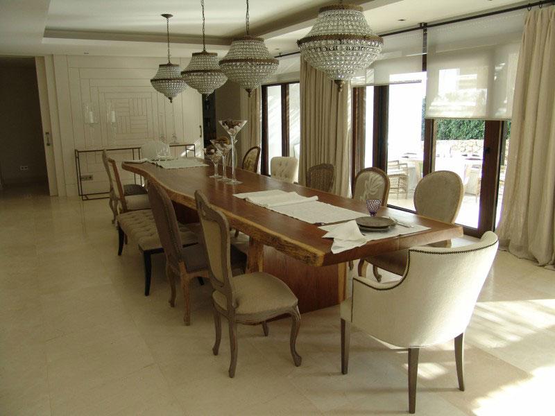 Salón clásico con mesa de madera maciza