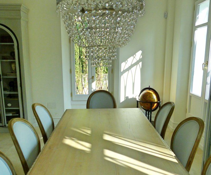 Comedor clásico con mesa de madera maciza