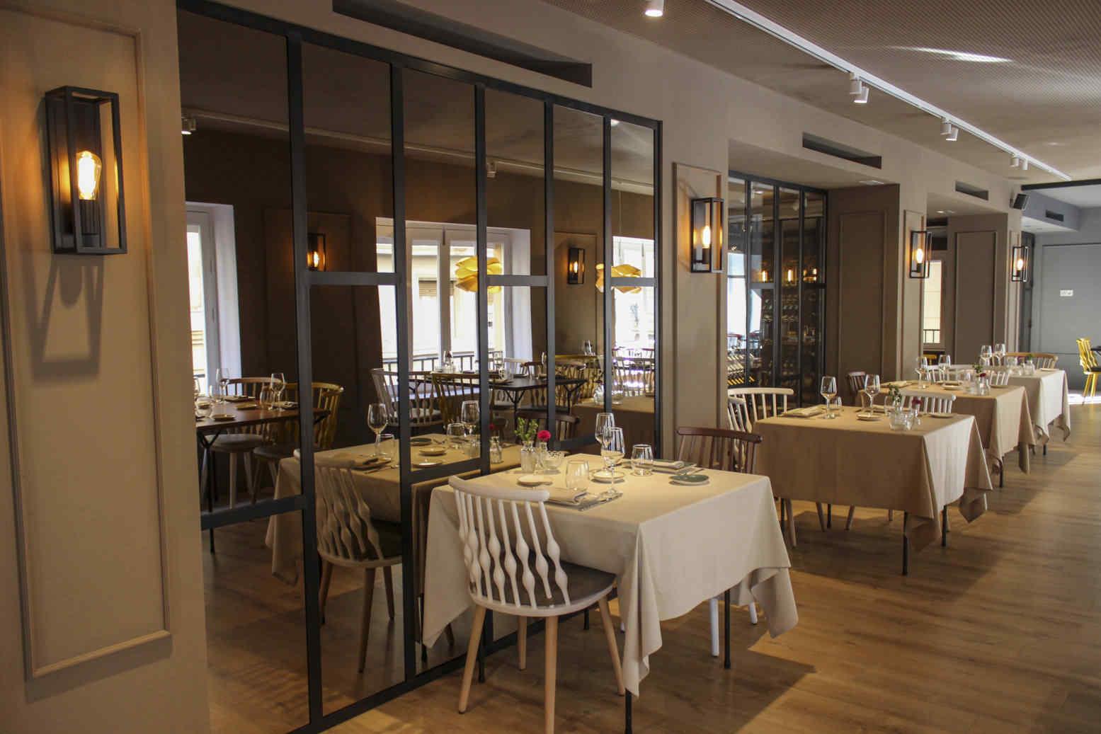 Comedor de restaurante con puertas acristaladas