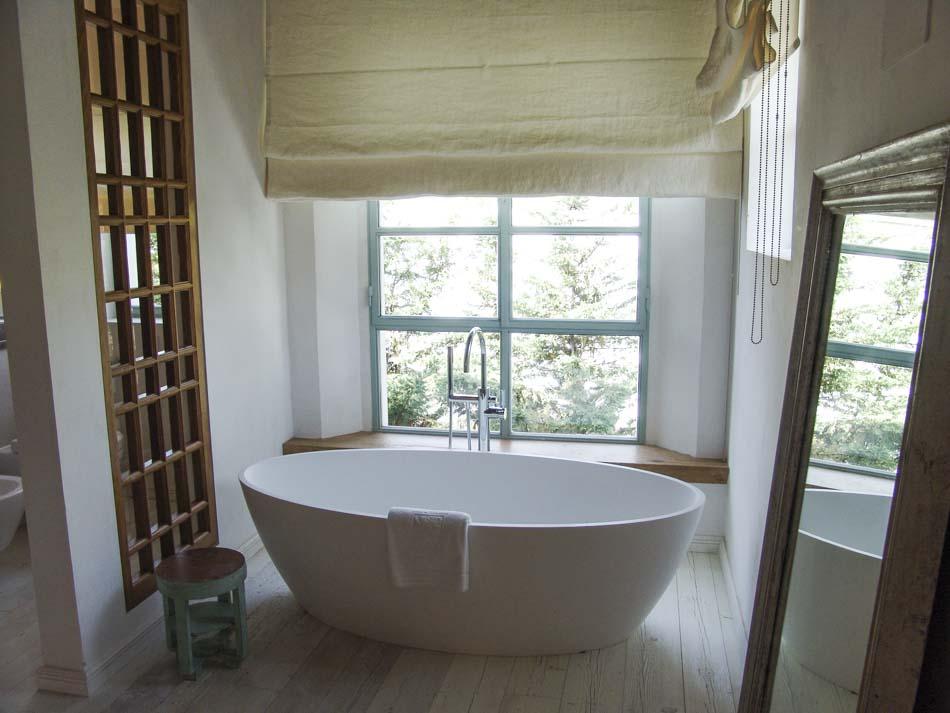 Baño con cristalera de madera exterior