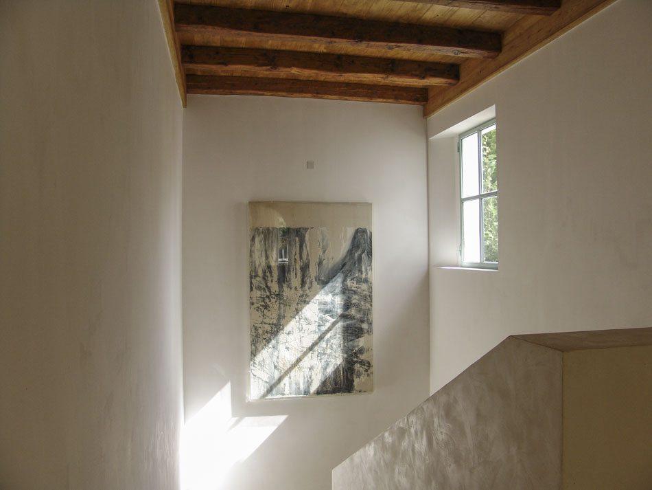Escalera con techo de madera
