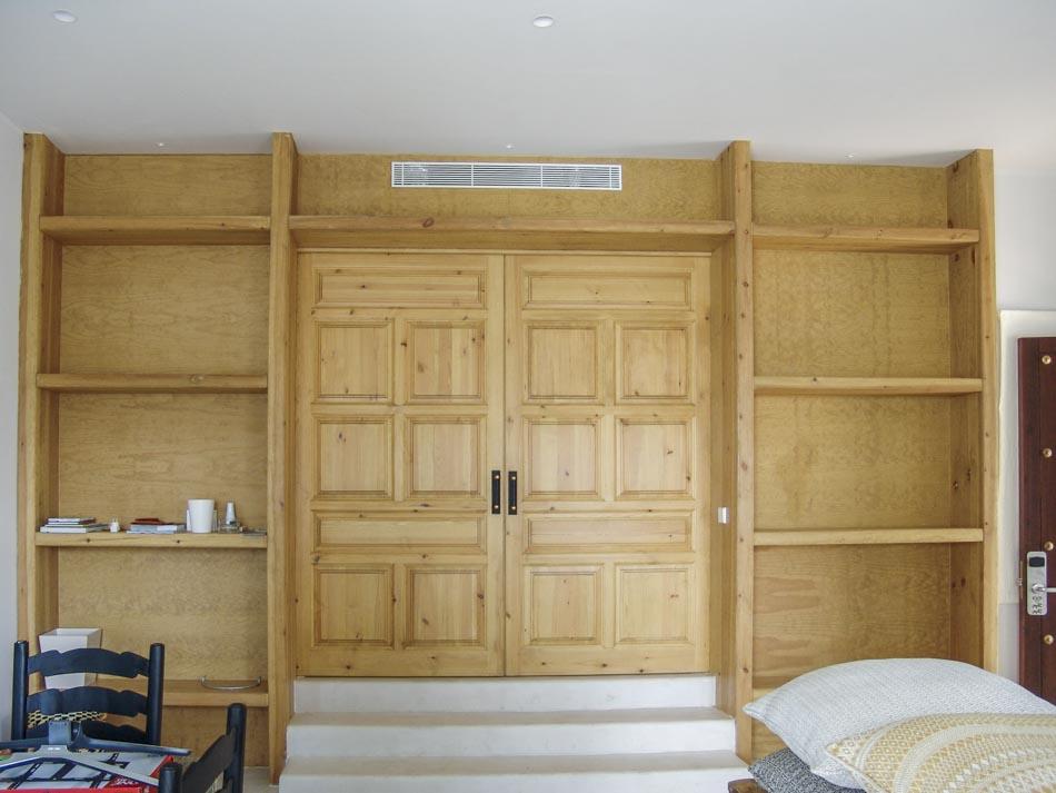 Entrada apartamento con estanterías integradas