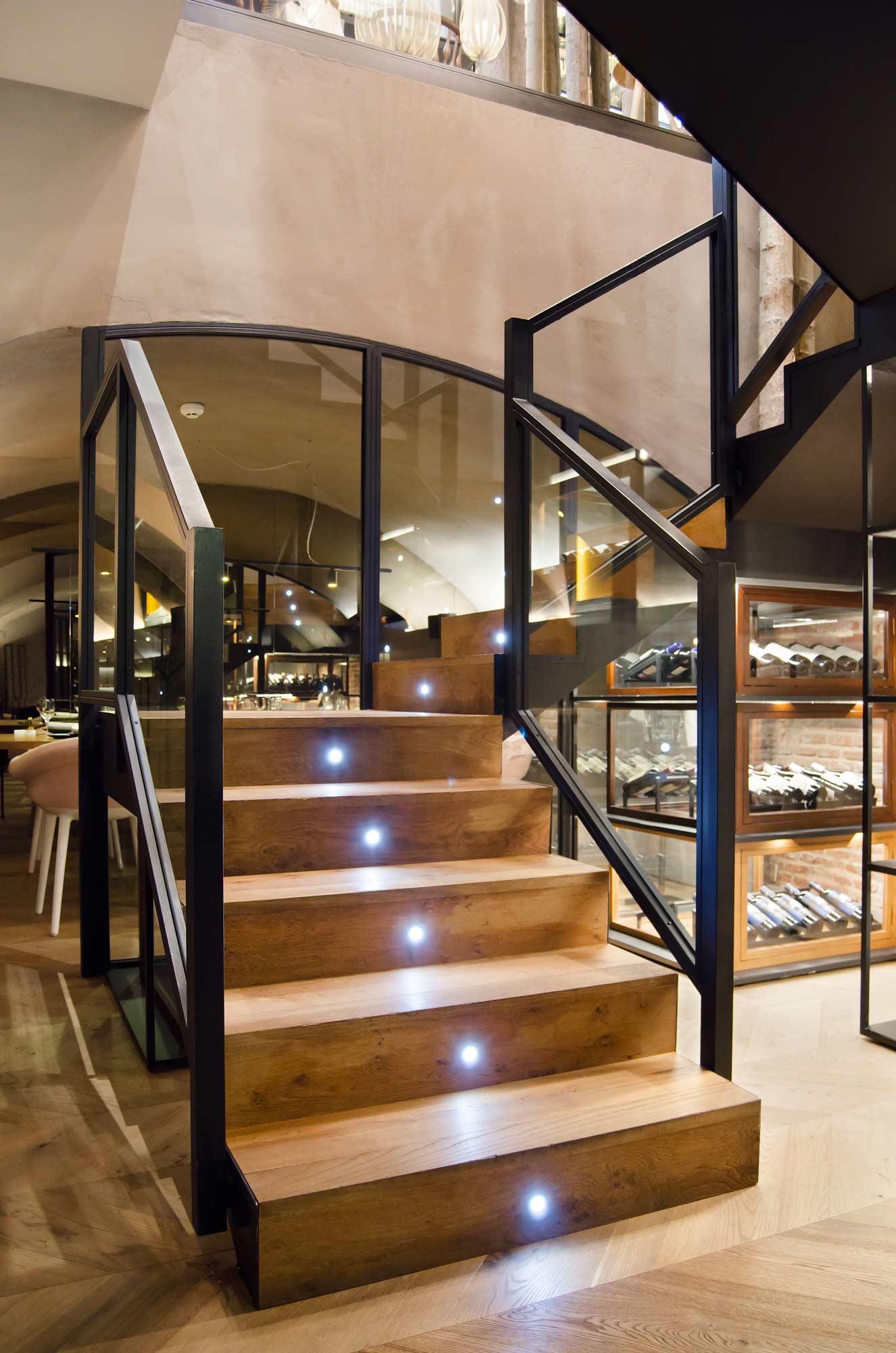 Escaleras madera baranda metal