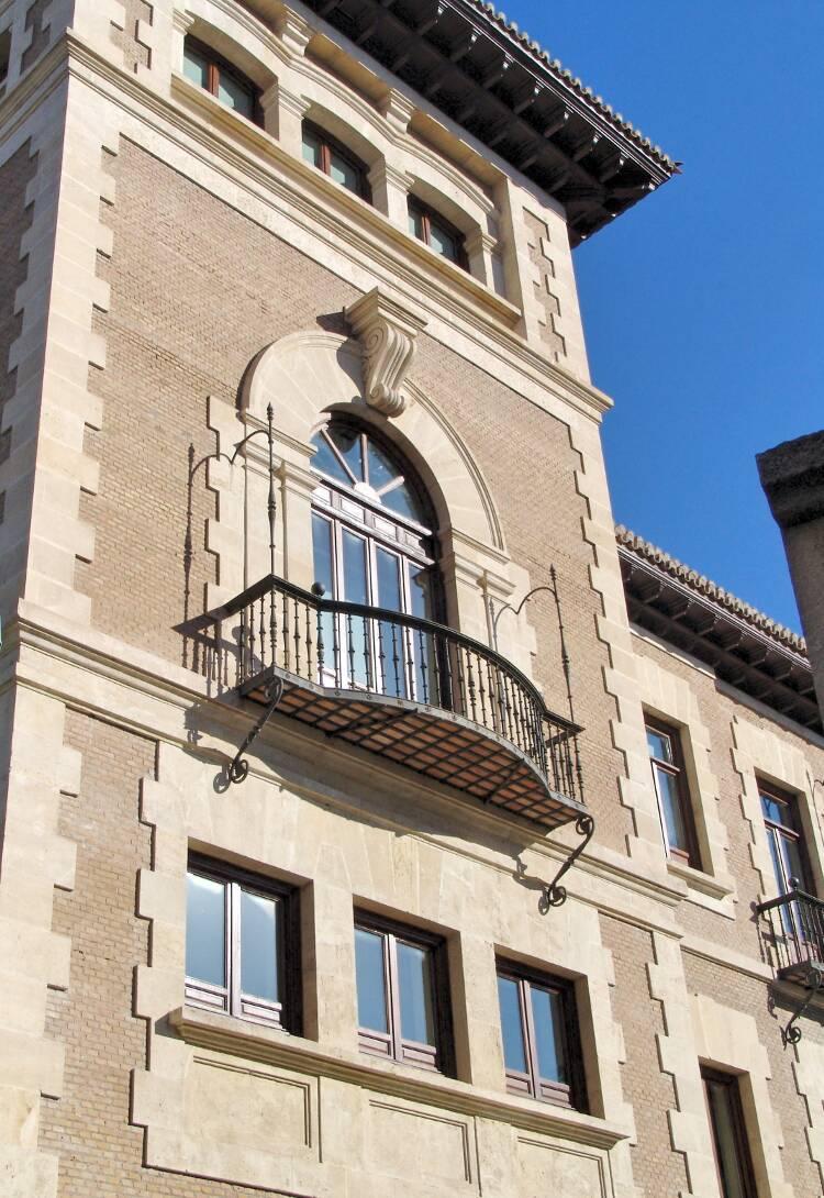 Fachada con ventanas de madera