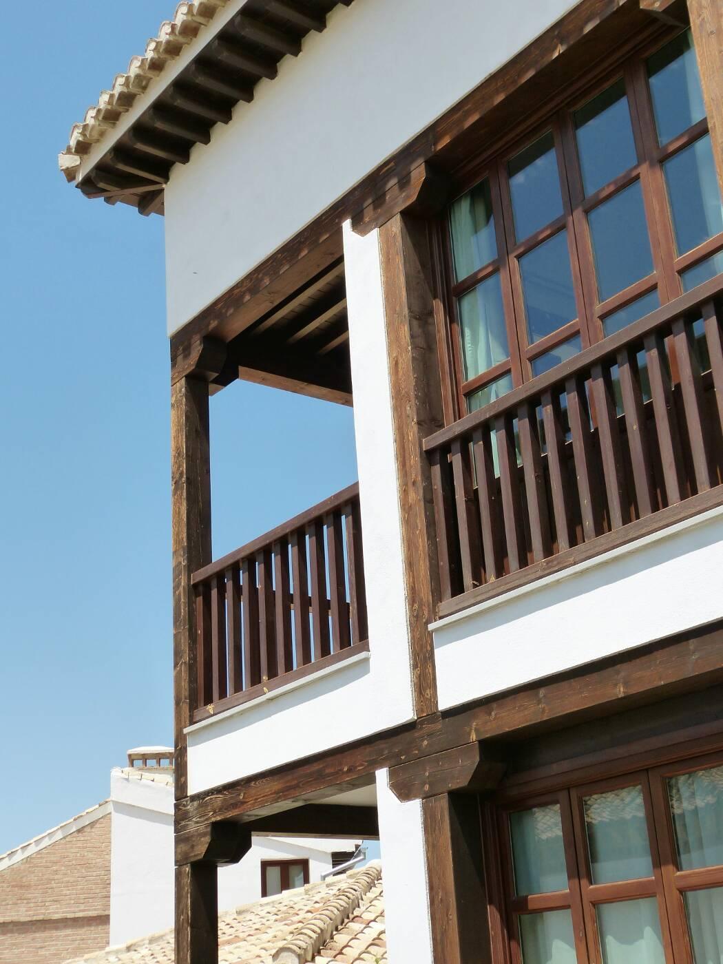 Fachada ventanas de madera