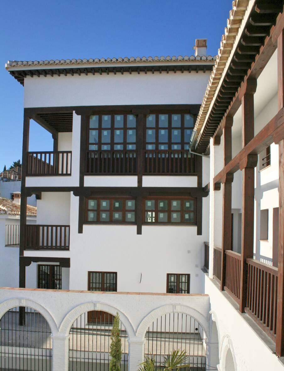 Fachada ventanas y balcones de madera