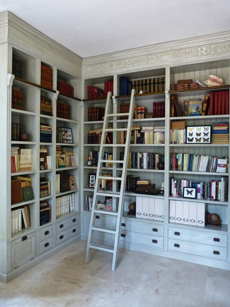 Librería empotrada en blanco